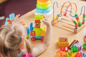 enfant joue avec des jouets de psychologue