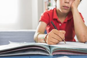 Enfant passe un test de qi avec un psychologue